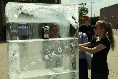 Jägermeister-Werbung mit Eis-Plakat - Passanten berühren Eisblock