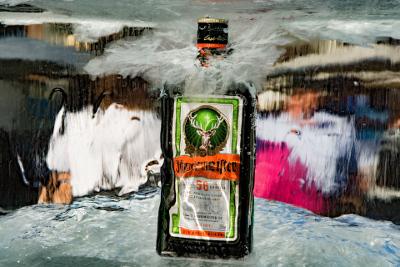 Jägermeisterflasche eingefroren in Eisblock-Plakat - Getränkevermarktung mit Ambient Media Marketing