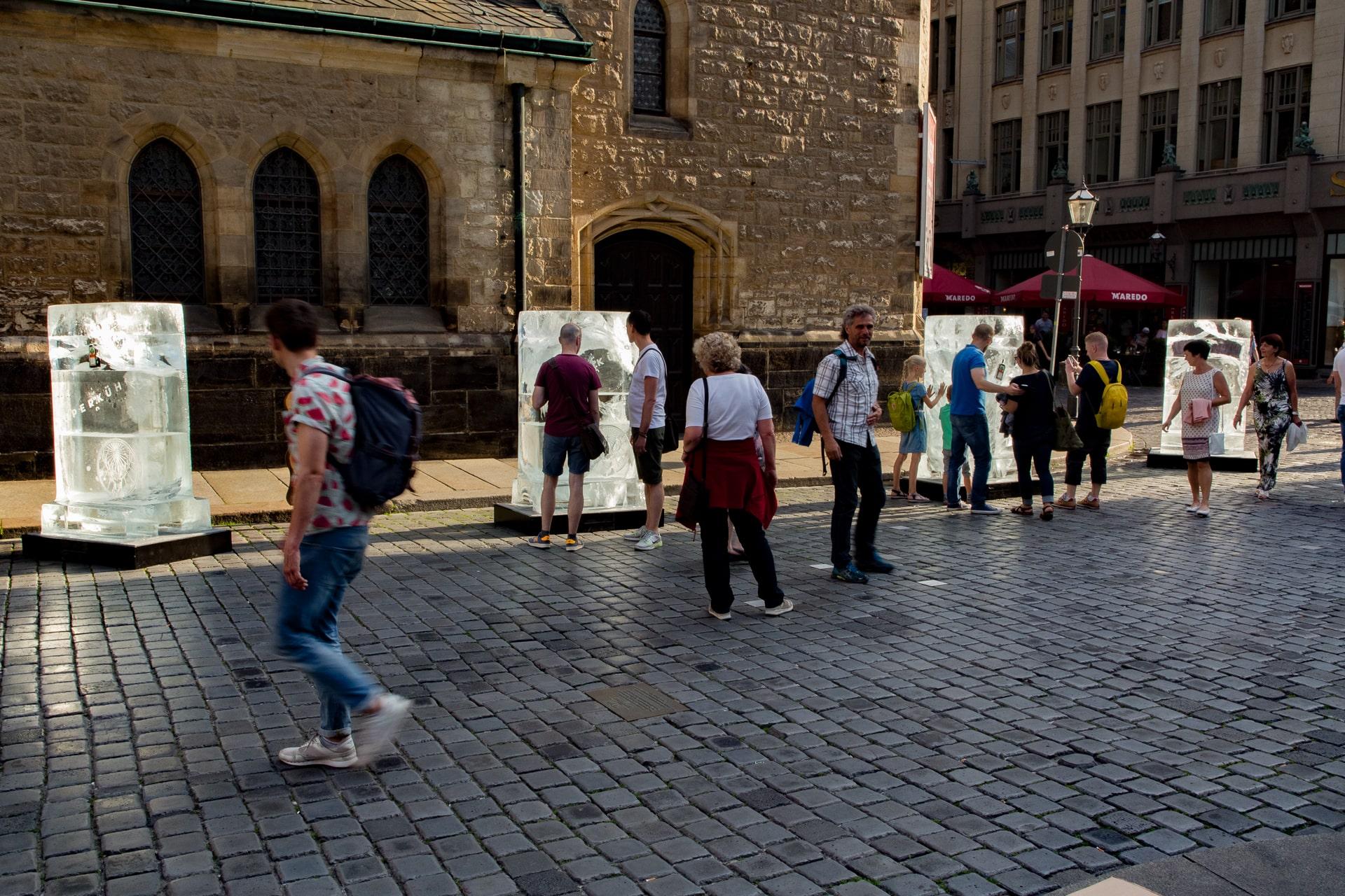 Vier Eisplakate von Jägermeister vor der Nicolaikirche in Leipzig - Passanten schauen auf die Eisplakatwerbung