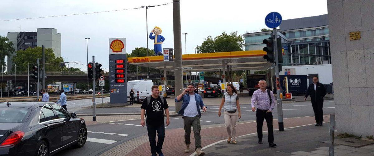gamescom Werbung für Fallout 76 - Riesen Vault Boy als Tankstellenwerbung an der Messe Köln