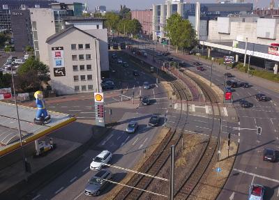 gamescom Werbung von oben -XXL Vault Boy als Tankstellenwerbung an der Messe Köln