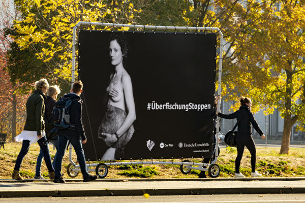 Vicky Krieps auf der PromoWall -Überfischung Stoppen - Kampagne der deutschen Umwelthilfe