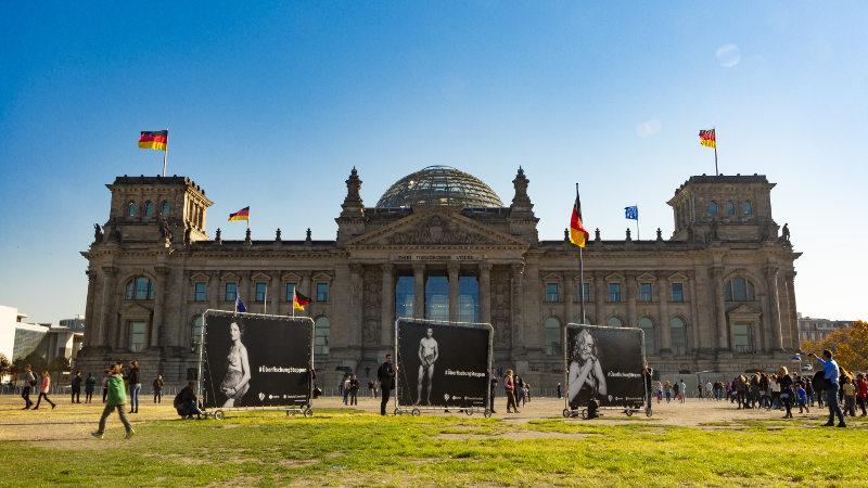 Banner vorm Bundestag #ÜberfischungStoppen