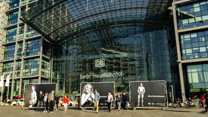 PromoWall Banner vor dem Hauptbahnhof Berlin - Überfischung stoppen Kampagne