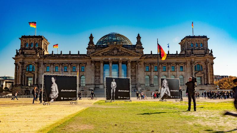 Kameramann filmt die Kampagne #ÜberfischungStoppen vor dem Reichstag in Berlin