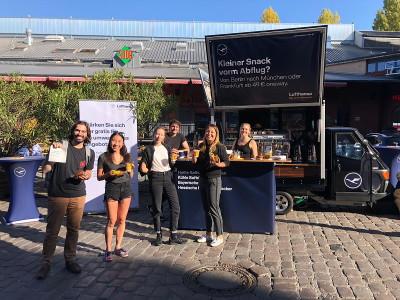 Mobile Kaffeebar - Promotionteam in Berlin wirbt für Lufthansa Flüge