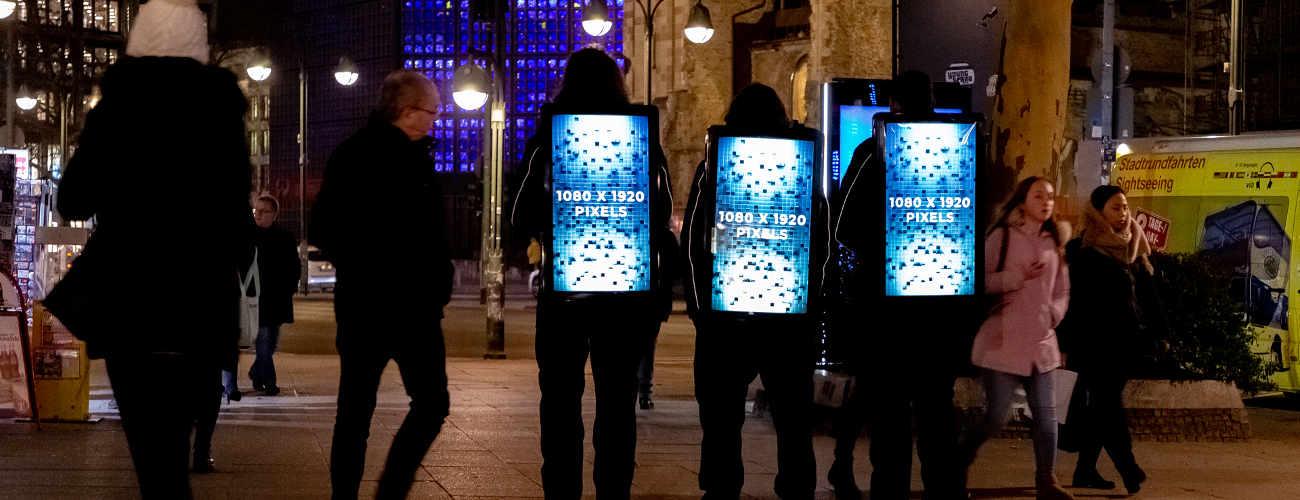 Promoter mit digitalem LCD-Screen auf dem Rücken - DigiBoard von inovisco