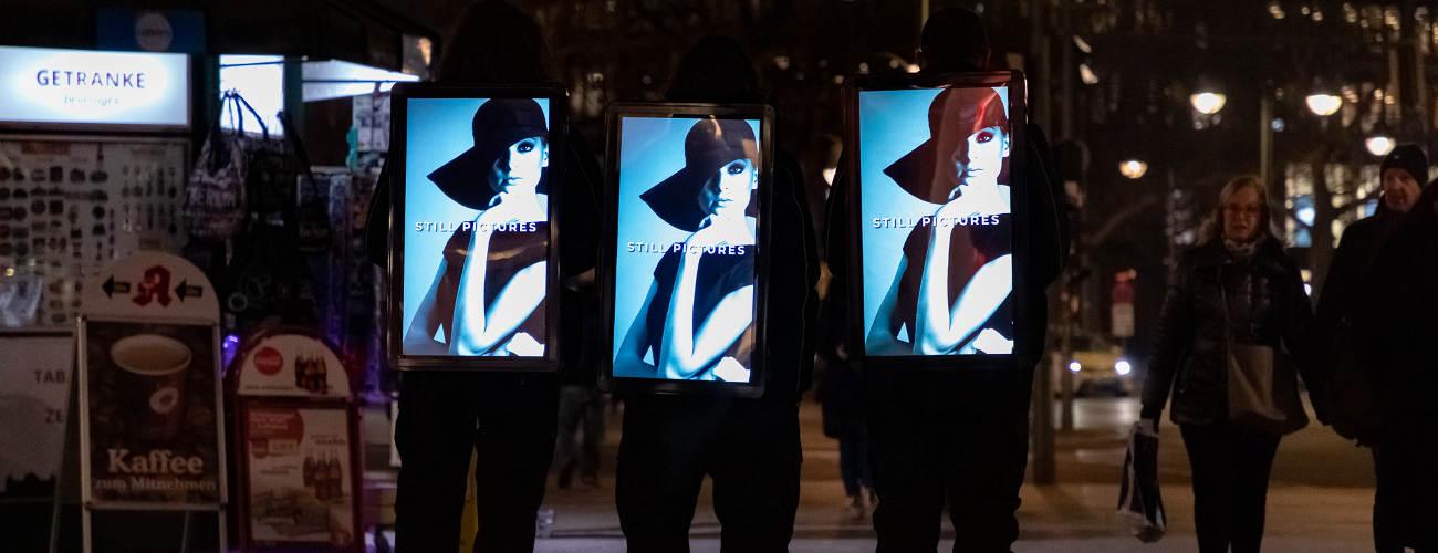 DigiBoards strahlen bei Nacht - Human Billboards Werbung von inovisco
