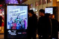 Filmfans schauen auf CLP-Mover mit The Umbrella Academy Plakat