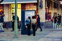 Filmfans schauen auf das CLP-Plakat von Netflix - Werbung zur Berlinale für The Umbrella Academy