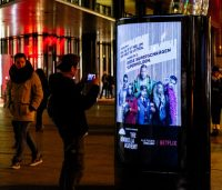 Passant fotografiert CLP-Werbung am Potsdamer Platz