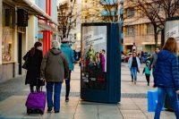 Passant berührt den CLP-Mover - Plakatwerbung zur Berlinale für Netflix