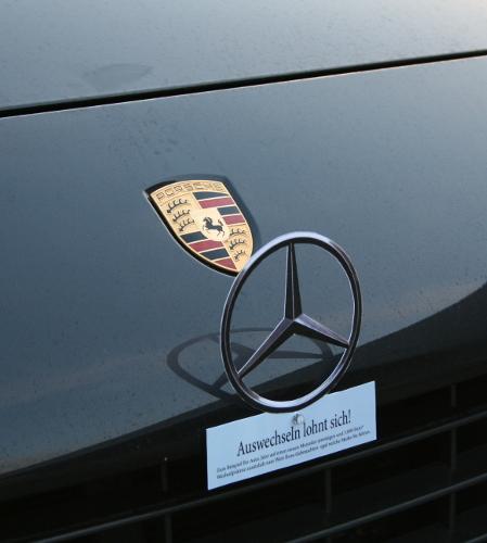 So bewegt Mercedes Autofahrer zum Wechsel: Mercedes-Sterne mit Saugnäpfen an Autos befestigt