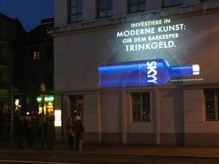 Guerilla Marketing Projektion einer Skyy Vodkaflasche an der Hauswand