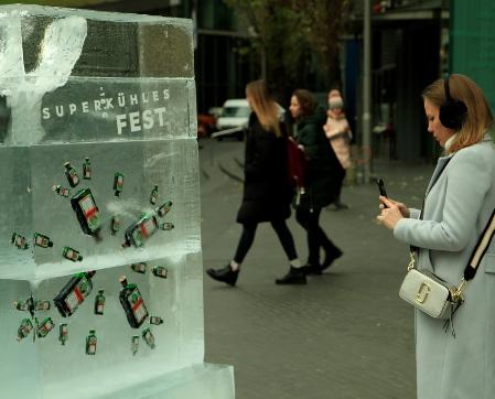 Jägermeister friert Likörflaschen in Eisplakate und wünscht ein superkühles Fest