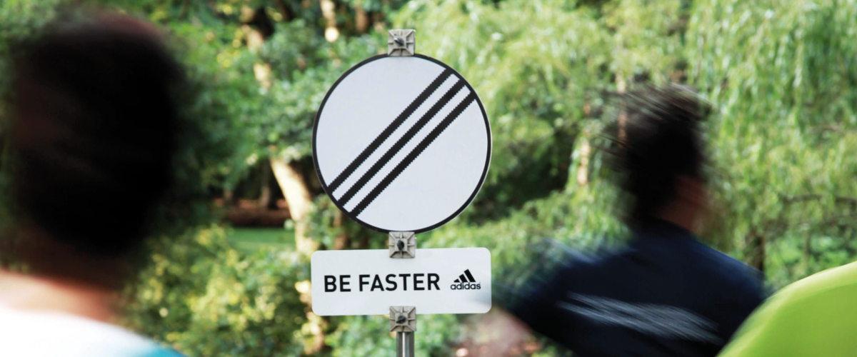 Guerilla Marketing von Adidas mit Schildern an Laufstrecken