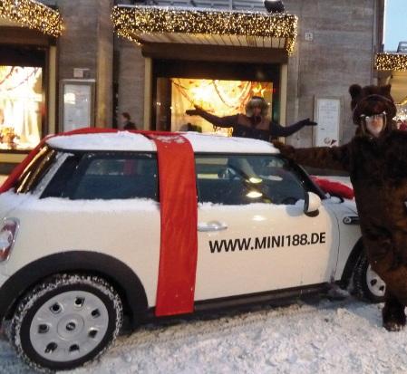 Guerilla Marketing Mini: Das Auto ist in einer Schleife eingepackt