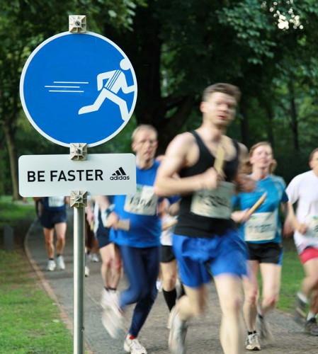 Mit originellen Schildern und Slogans zeigt Adidas den Läufern wo es lang geht