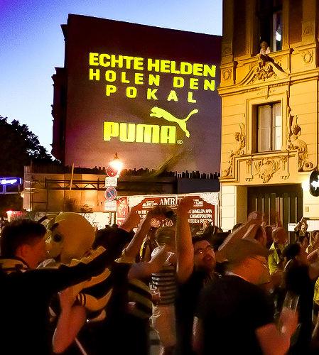 Der BvB überrascht mit Puma die Fans unmittelbar nach Abpfiff mit einer Großprojektion an einer Hauswand