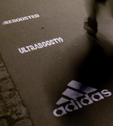 Adidas Werbung mit Kreide Graffiti an Laufstrecken