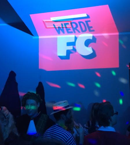 FC Köln projiziert Motiv an die Wand einer Disko, um Mitglieder zu gewinnen