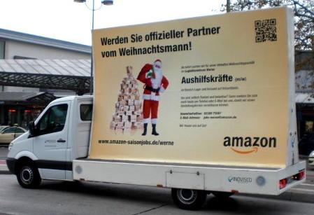 Guerilla-Recruiting von Amazon mit einem mobilen Plakat und einem originellen Slogan: Werden Sie offizieller Partner vom Weihnachtsmann!