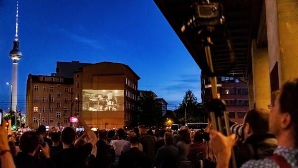 Großbildprojektion an einer Hauswand zur Weltpremiere des neuen Rammstein Songs Radio