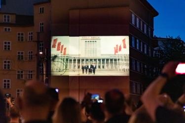 Projektion an einer Hauswand - Weltpremiere des Songs Radio von Rammstein über den Köpfen der Fans