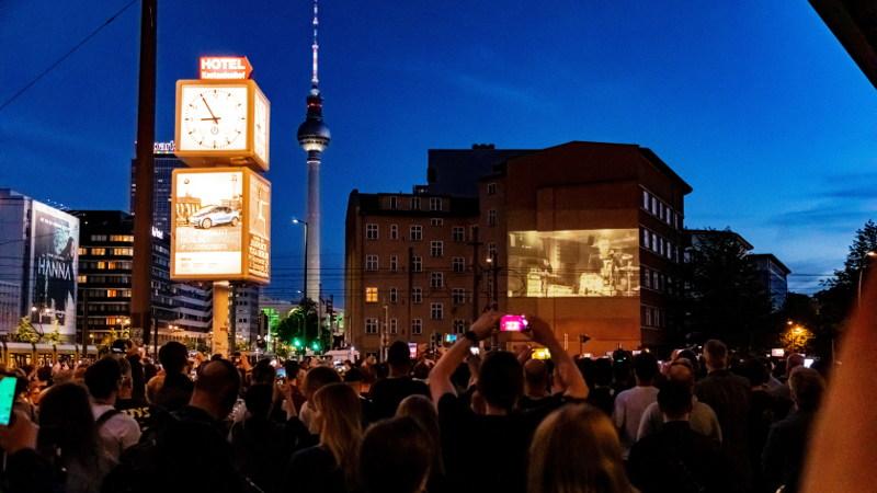 Fans feiern die Projektion des neuen Rammstein Songs Radio