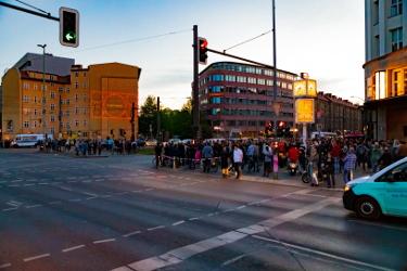 An Kreuzung wird Rammstein Song Radio an die Hauswand projiziert