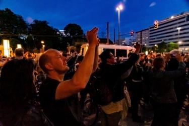 Rammstein Fans feiern den neuen Song Radio, der an die Hauswand projiziert wurde
