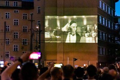 """Fans sehen Großbildprojektion der Weltpremiere """"Radio"""" von Rammstein"""