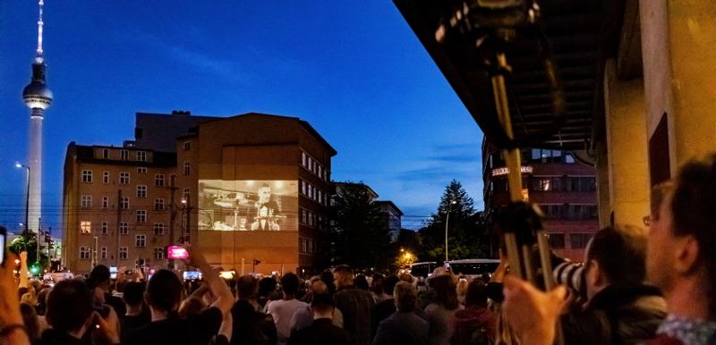 Fans feiern Weltpremiere, projiziert an eine Hauswand - Rammstein Radio