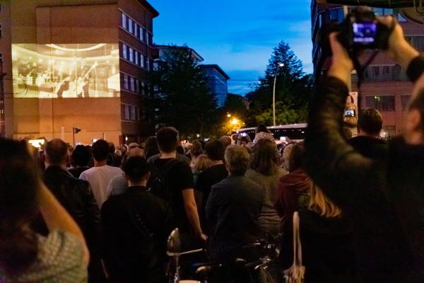Fans filmen die Weltpremiere von Radio - Rammstein