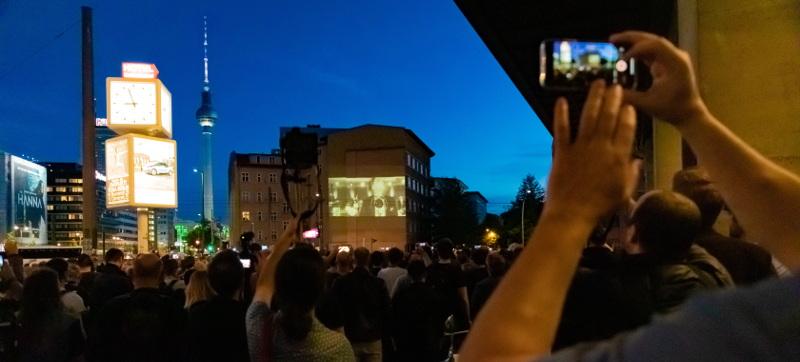 Fans sehen die Weltpremiere von Rammstein - die Projektion an eienr Hauswand