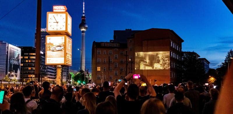 Fans filmen und feiern die Weltpremiere von Radio - Rammstein