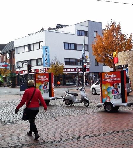 Geschäftseröffnung - Marketing mit Werberollern und Werbeanhängern