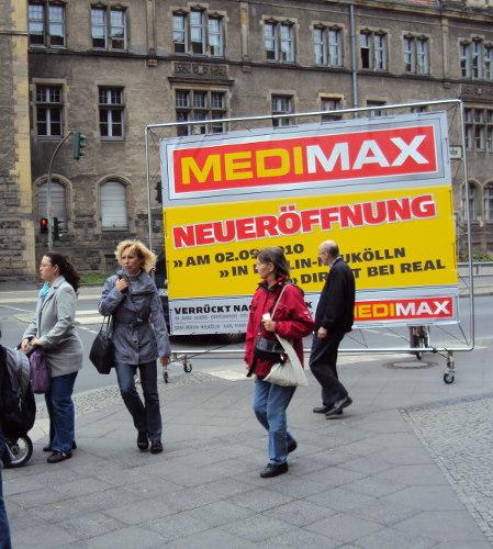Werbung zur Neueröffnung: rollbares Banner