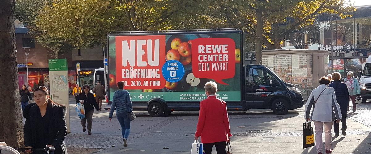 Neueröffnung Werbung mit einem Werbefahrzeug - REWE Geschäftseröffnung