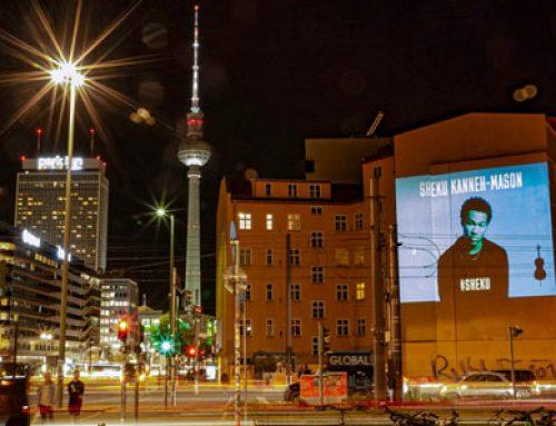 Berlin: CoolLiteMobil projiziert Künstler Sheku Kanne-Mason an Berliner Wände