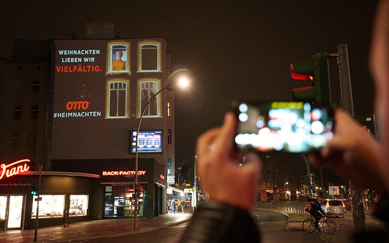 Otto Riesenposter auf Hauswand bei Nacht