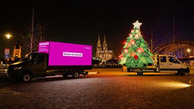 Vivawest CoolLiteTruck mit Weihnachtsbaum Inflatable und CoolLiteCube mit Weihnachtsgrüßen