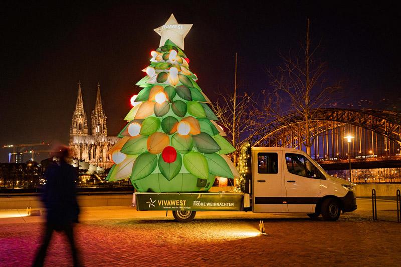 Das Inflatable auf der Ladefläche des Werbe-LKWs vor dem Kölner Dom