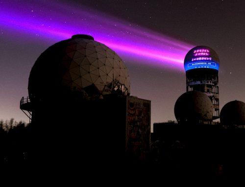 Futuristische Promo-Aktion mit digitalem Riesenposter