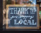 Header: Schild vor lokalem Geschäft